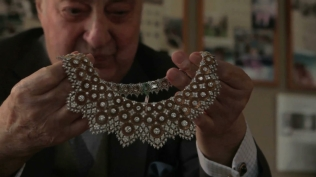 buccellati-gianmaria-buccellati-showing-one-of-his-typical-necklaces